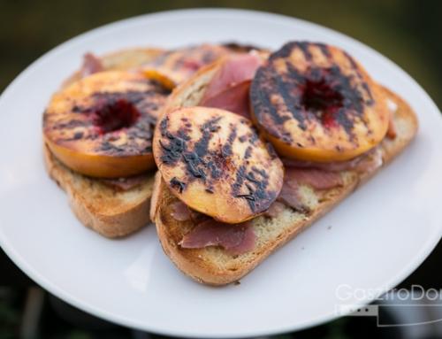 Pármai sonkás crostini grillezett őszibarackkal